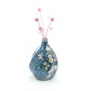 在一个葡萄花瓶里